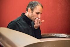 Der Geruch und der Geschmack des Sesams verrät Yuval Königstein den  gewünschten Bräunungsgrad.