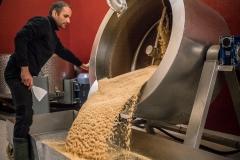 Ist der Bräunungsgrad erreicht muss der Sesam schnell aus der Trocknungsmaschine in eine Wanne geleert werden.
