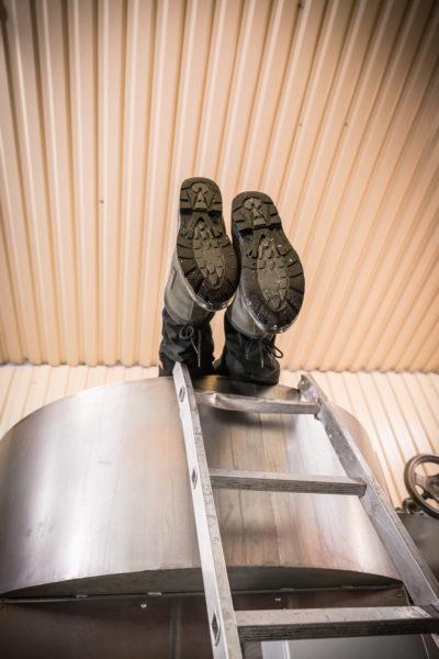 In den Wartezeiten putzt Yuval Königstein akribisch die benutzten Maschinen.