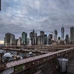 Auf der Brooklyn Bridge.