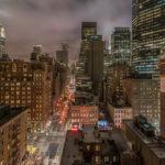 NYC_Blick aus unserem Hotel POD 39 auf die Skyline und die Straßenschluchten von New York in der Dämmerung.