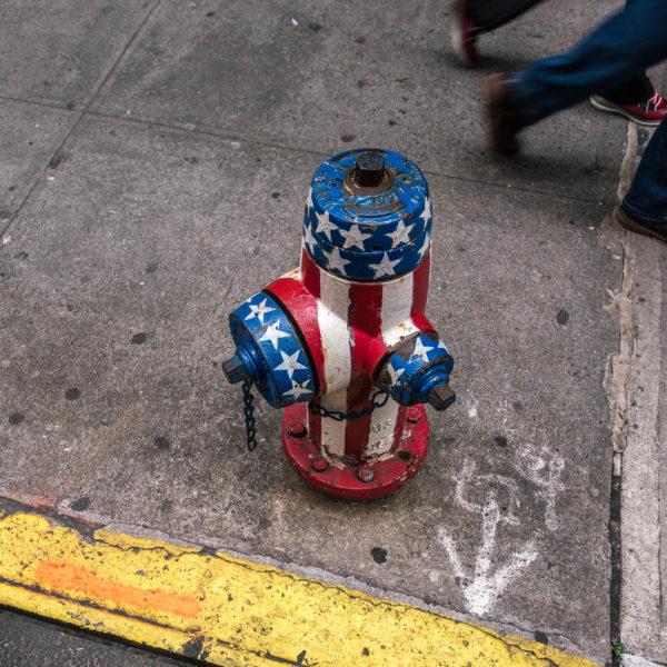 Hydrant angemalt in den Farben der amerikanische Flagge.