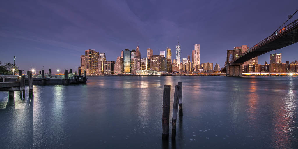 Skyline von Manhattan in der Dämmerung.