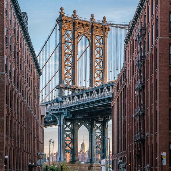 Die Manhattan Bridge, eingerahmt von Häusern.