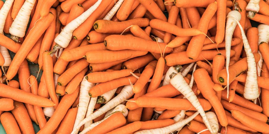 Gewaschene Karotten und Petersilienwurzeln