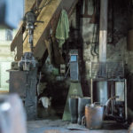 Der alte Ölofen, Gummistiefel und die Lederschürze.