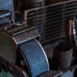 Die Schleifmaschine mit Brille