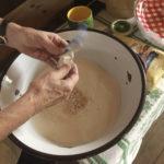 Roswitha Huber gibt die Hefe in die Schüssel mit dem Mehl