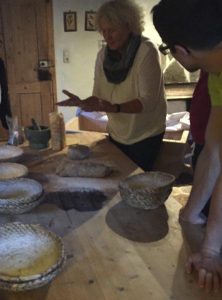 Roswitha Huber beim Brotlaib formen