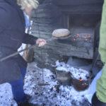 Einschießen der Brotlaibe auf der Kalchkendlalm