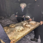In der Dunkelheit holt Roswitha Huber das Brot aus dem Holzbackofen