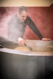 Viel Dampf entsteht beim Trocknen des Sesams.